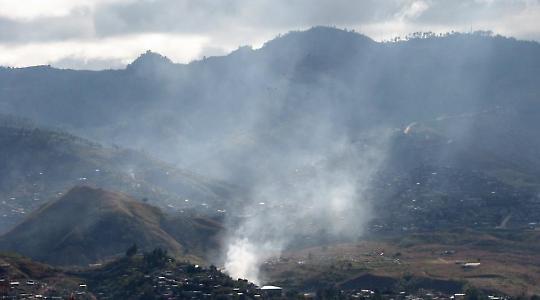 Weißer Rauch über Tegucigalpa <br/>Foto von  Aaron Ernesto Ortizlopez