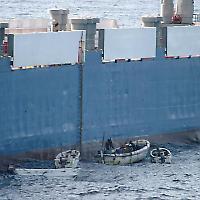 "Piraten kapern die <a href=""http://de.wikipedia.org/wiki/MV_Faina"">MV Faina</a>"